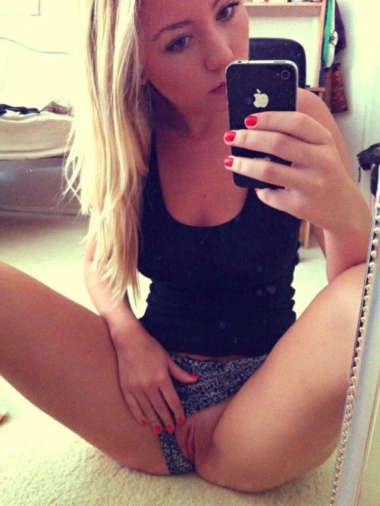 Blonde selfie nue