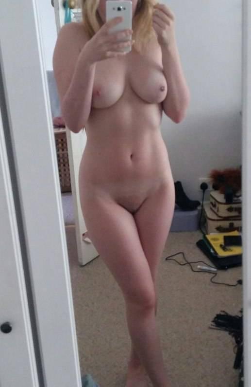 Jeune fille selfie de ses seins et sa belle chatte rasée