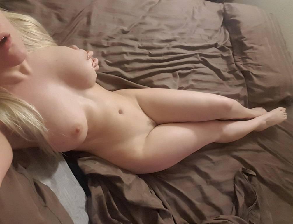Blonde nue au corps parfait