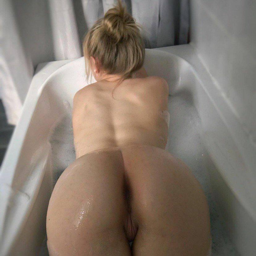 Nue dans son bain