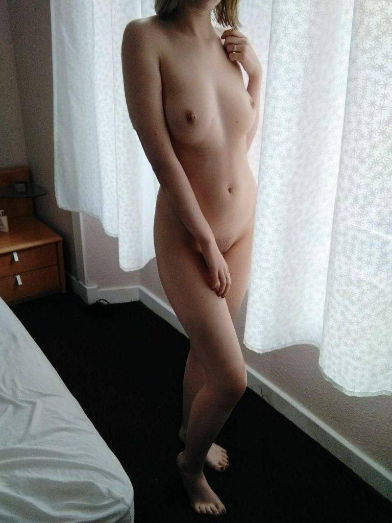 Femme nue à l'hôtel