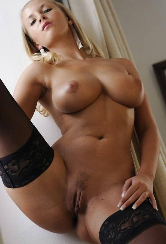 Elle exhibe son corps à l'hôtel