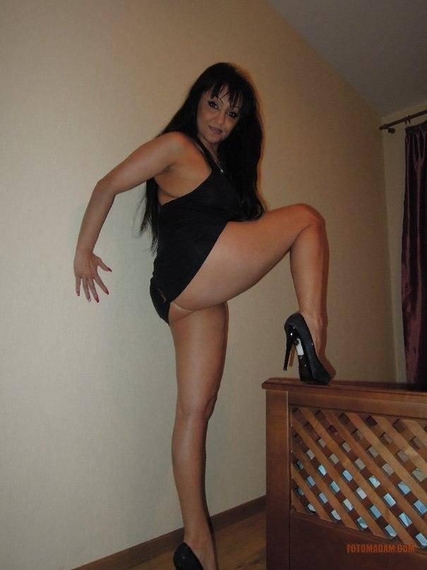 Femme mure brune fait la coquine sans culotte