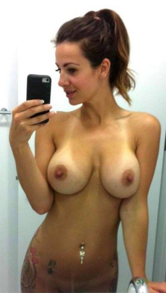 Elle partage une photo de ses gros seins nus sur internet