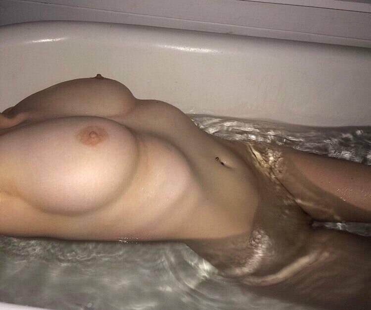 Teen nue dans son bain