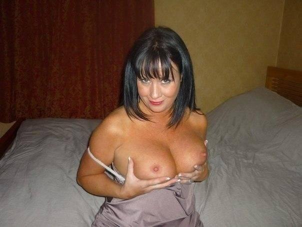 Femme brune se caresse les seins