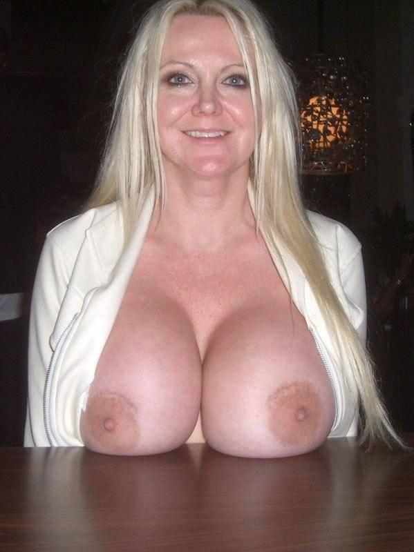 Femme blonde aux nichons bien ronds