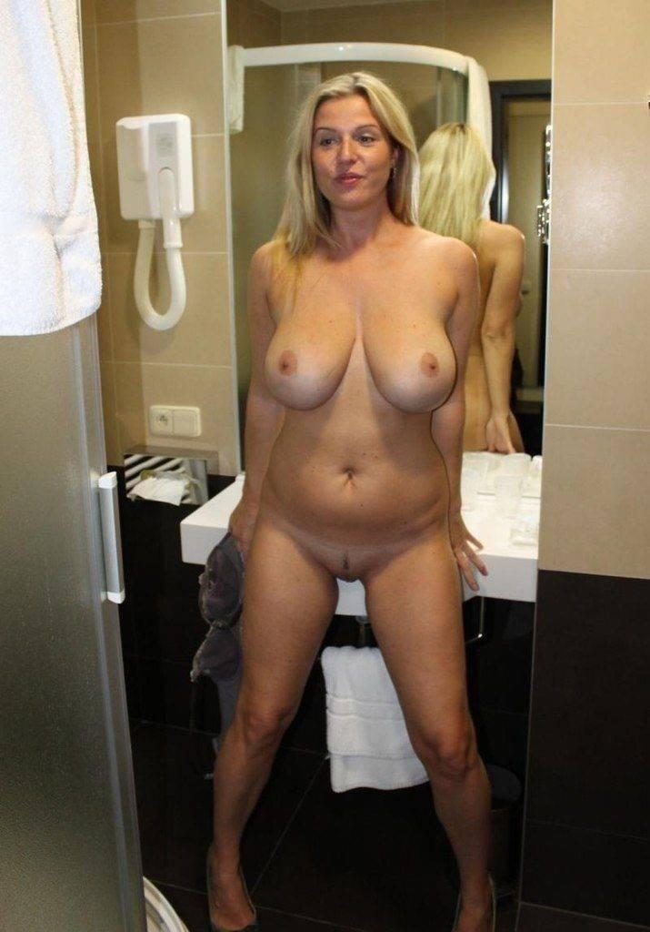 mature blonde totalement nue avant la douche