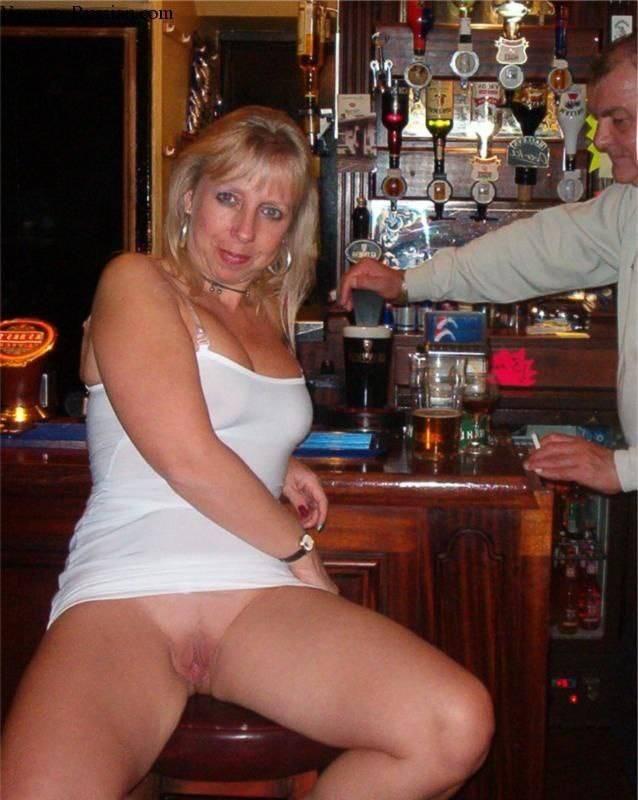 salope exhibe sa chatte dans un bar