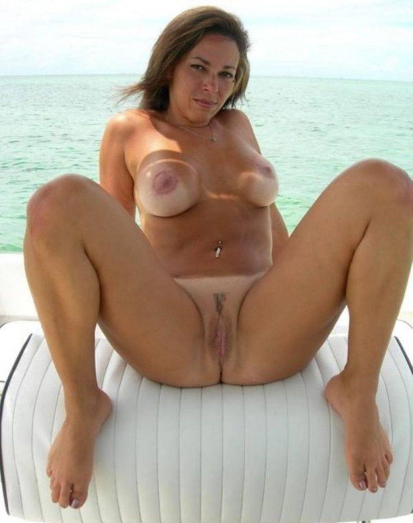 toute nue jambes écartées sur un bateau